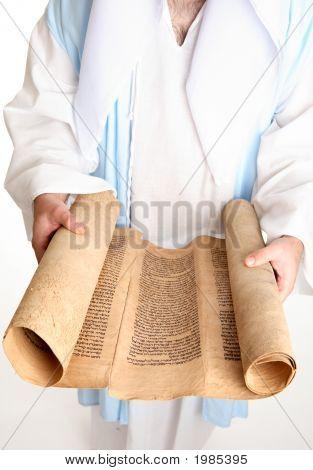 Hombre lectura Biblia Scroll