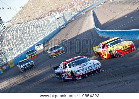 AVONDALE, AZ - 10 de abril: A.J. Allmendinger (#43) e Kevin Harvick (#29) levam um grupo de carros em t
