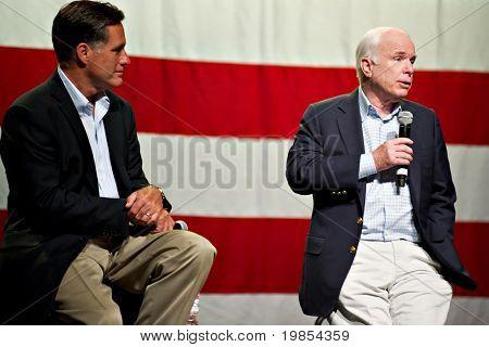 MESA, AZ - 4 de junho: O antigo governador de Massachusetts Mitt Romney e o senador John McCain aparecem em um reboque