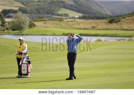GLENEAGLES Escócia 27 de agosto, David Howell e seu caddie Nick Mumford competindo no Johnnie Walk