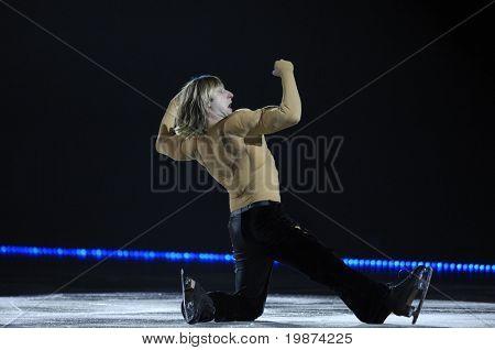 YEREVAN, Arménia - 27 de dezembro: Evgeni Plushenko em Yerevan esporte e sala de concertos depois Karen Demirchyan