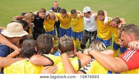 KAPOSVAR, Hungría - 25 de julio: Dunajska Streda jugadores celebran del und de Festival V. juvenil fútbol
