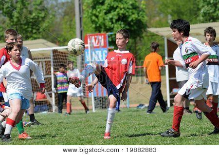 SOMOGYJAD, Ungarn - 30.April: Ferenc Horvath (C) in Aktion bei einer Child-Fußballfest Match - Apr