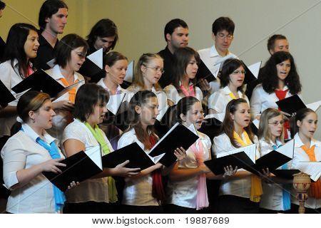 KAPOSVAR, Hungría - 26 de agosto: Los miembros del cante de Liszt Ferenc coro de la escuela de música en la IV. Pannon
