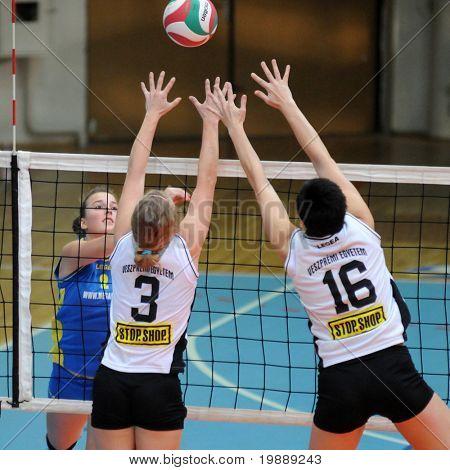 KAPOSVAR, Hungría - 10 de octubre: Zsanett Pinter (L) en acción en el húngaro NB I. Liga mujer vol