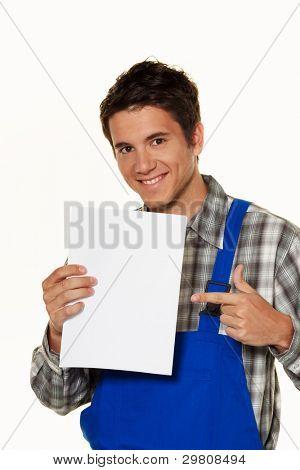 ein junger Handwerker, Klempner, Bauarbeiter mit einer Rechnung und Bestellung