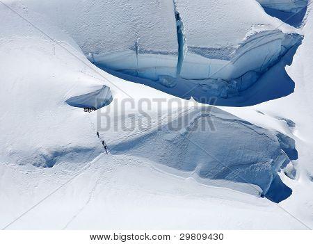 Equipo de alpinistas escalada glaciar