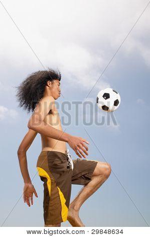 Bola de futebol homem kneeing