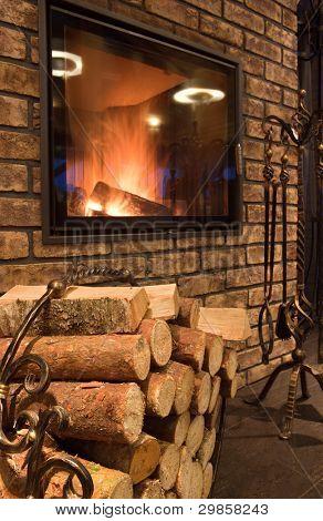 Innenraum mit einem Kamin und Feuer Holz
