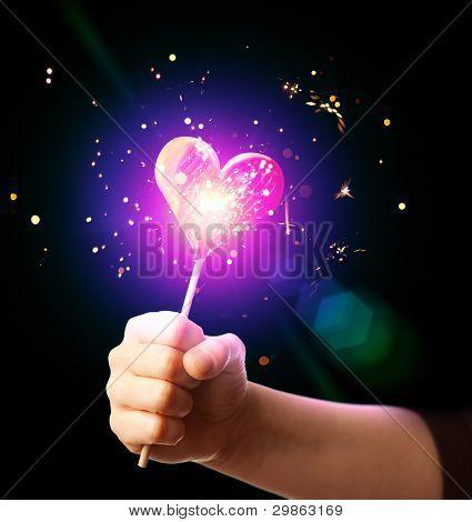 mão segurando o espumante doce de coração de amor