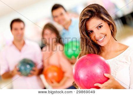 beautiful Woman holding a Ball mit Freunden und Lächeln