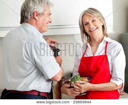 Happy senior Couple cooking together in Küche
