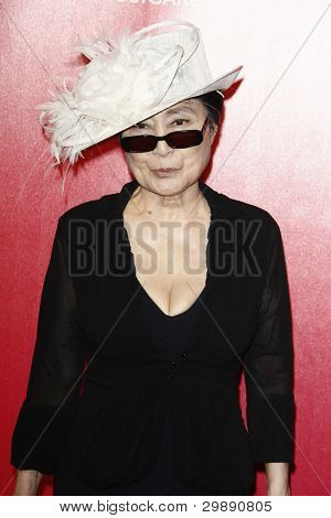 LOS ANGELES, CA - 10 de FEB: Yoko Ono en la persona de MusiCares 2012 del año homenaje a Paul McCartne