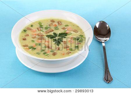 schmackhafte Suppe auf blauer Tischdecke, isoliert auf weiss