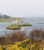 Постер, плакат: Замок Сталкер островной замок в Шотландии