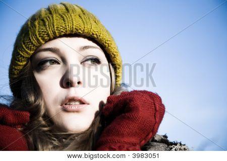 Jovem mulher ao ar livre