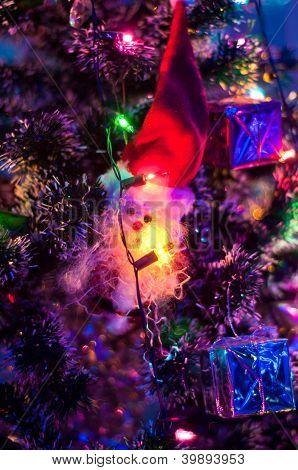 Santa Claus decorar el árbol de Navidad