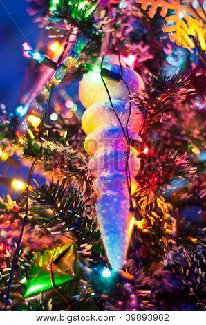 Juguetes y regalos en el árbol de Navidad