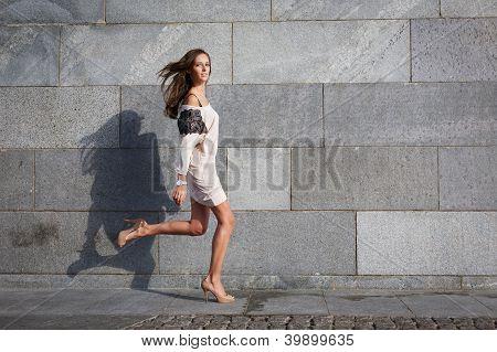 Jovem bela mulher corre