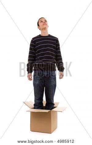 Jovem dentro da caixa