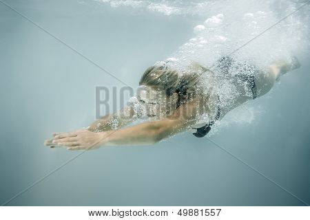 An image of a beautiful diving woman