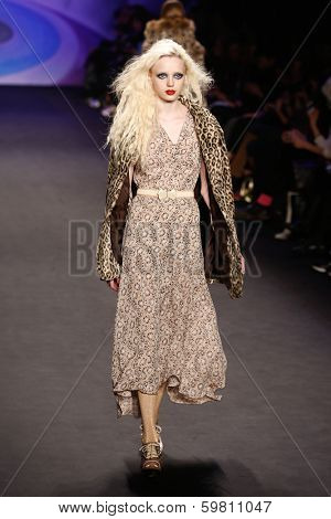 NEW YORK-FEB 12: Model Karlie Kloss walks the runway at the Anna Sui fashion show during Mercedes-Benz Fashion Week Fall 2014 at the Theatre at Lincoln Center on February 12, 2014 in New York City.