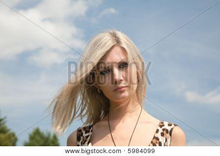 Menina bonita em um fundo de Thesky