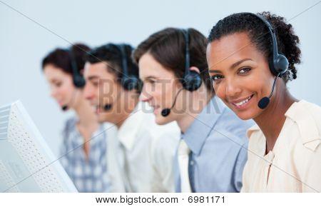 Negocio multiétnica personas usando auriculares