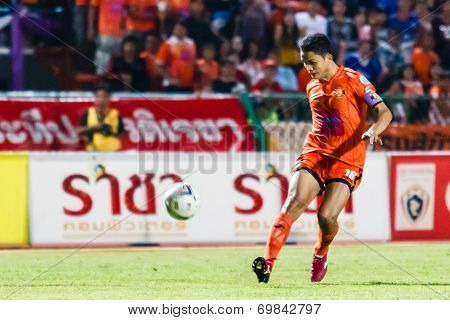 Sisaket Thailand-august 3: Sarayuth Chaikamdee Of Sisaket Fc. (orange) Shooting Ball During Thai Pre