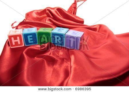 Letras de corazón en vestido de noche de seda