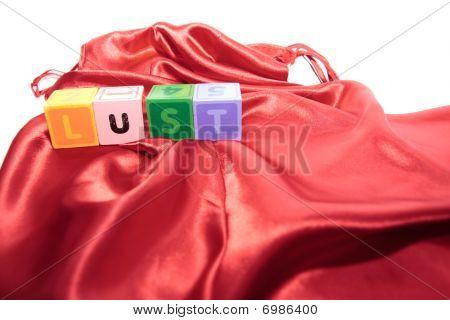 Letras de lujuria en vestido de noche de seda