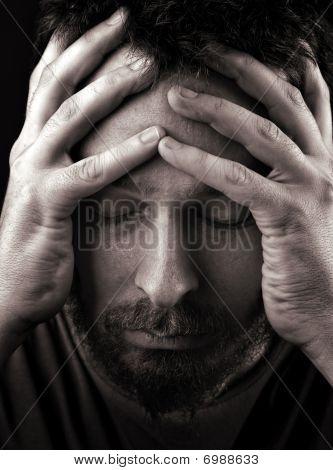 Hombre triste deprimido y solitario