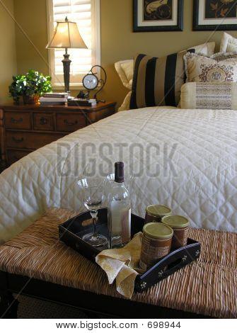 Desayuno en la cama (enfoque en la bandeja de alimentos)