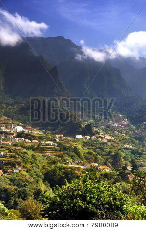 Madeira Berglandschaft, Lombo da Serra Dos Judeus Portugal. Ansicht der Pico de Selada, Pico da esca