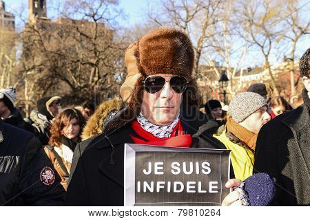 Man in sunglasses & Je Suis Infidele sign