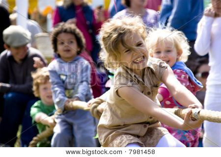 Los niños juegan el tira y afloja