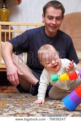dad see how his baby to glad