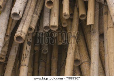 Es gibt eine Menge von Bambus für chinesische Baustelle