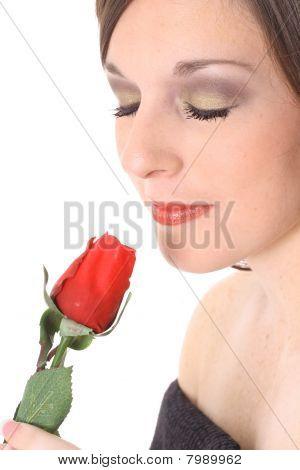 hermosa mujer que huele una rosa