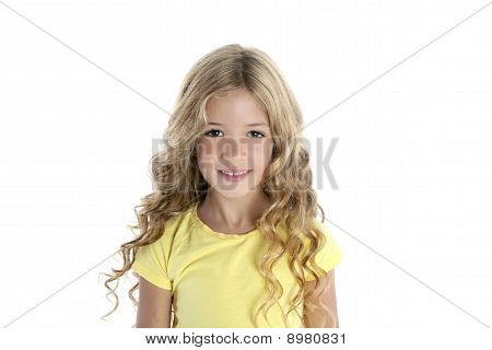 niña rubia sonriendo