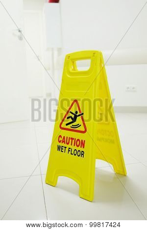 The plate with the warning of a wet and slippery floor