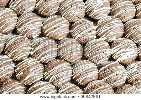 Bruin cookies with white chocolate stripes