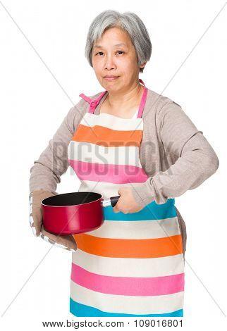 Grandmother use of the saucepan