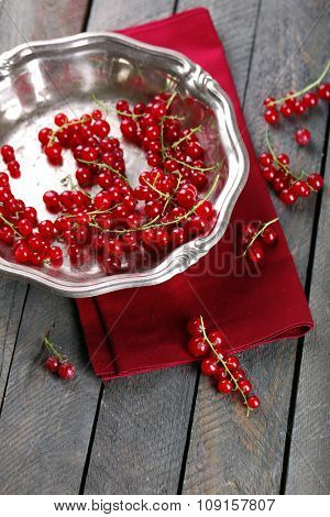 Fresh red currants in bowl on table close up
