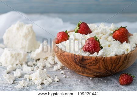 Bowl with cottage cheese and strawberries