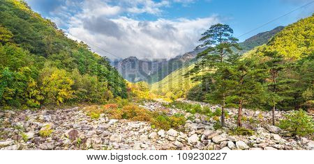 Seorak fall view in the morning light, Seoraksan National Park, South korea