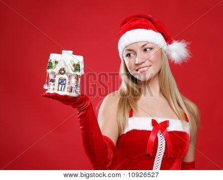 Menina bonita detém brinquedo um ano novo na palma