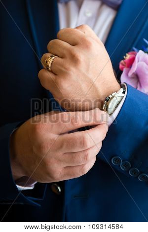 Elegant man with the watch .