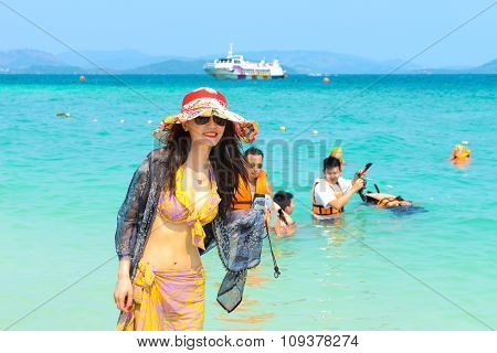Beautifull Tourist Woman Are Shooting Pictures On The Beach.