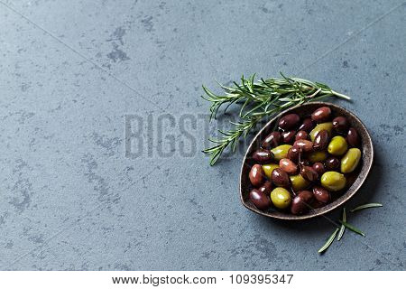 Green olives and black olives (Aragon Black Olives) in olive oil